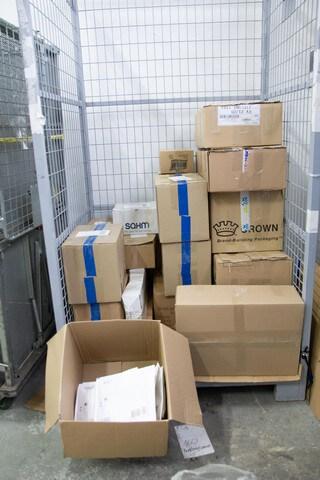 zapakowane przesyłki w koszu transportowym w magazynie allezoo